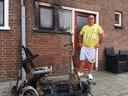De scootmobiel van Tony van der Beek uit Deventer is afgelopen nacht in brand gevlogen.
