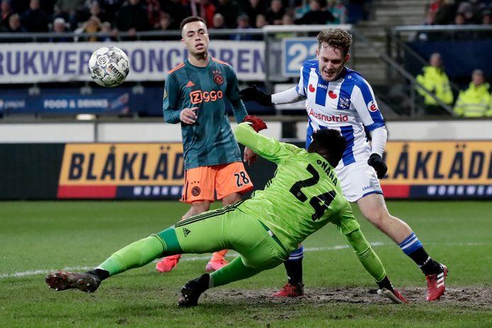 Alen Halilovic raakt de bal helemaal verkeerd.