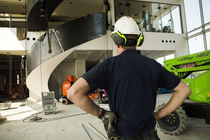 Bedrijvigheid op een bouwplaats voor een distributiecentrum aan de A58.