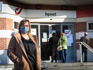 """Loketmedewerker van Bpost Genk Tilly Byloos (49) reageert op kritiek: """"We doen alles wat we kunnen terwijl we allang onze capaciteit hebben bereikt"""""""