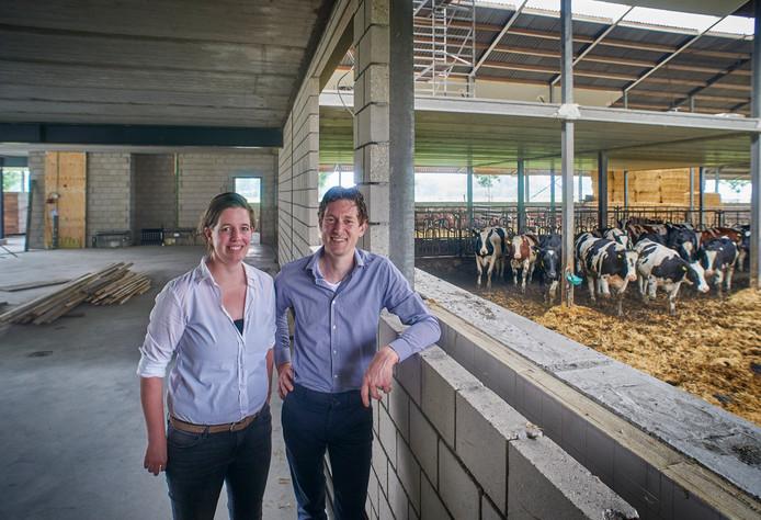 Afke Boukje en Jasper Spierings bij de landwinkel in aanbouw.