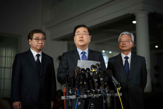 Chung Eui-yong (midden) maakt in Washington D.C. bekend dat Kim Jong-un bereid is om president Donald Trump te ontmoeten.