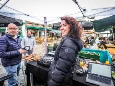 Sven en Anke maken ochtendradio voor Joe op Brugs terras