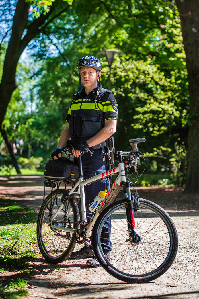 Wijkagent Duco van den Bosch op zijn bike tijdens zijn surveillance rondje door het park.