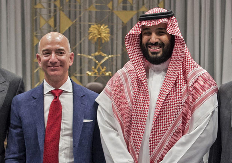 Amazon-baas Jeff Bezos en de Saudische kroonprins Mohammed bin Salman poseren tijdens een bezoek van Bezos in 2016 aan Riyad. Beeld AFP