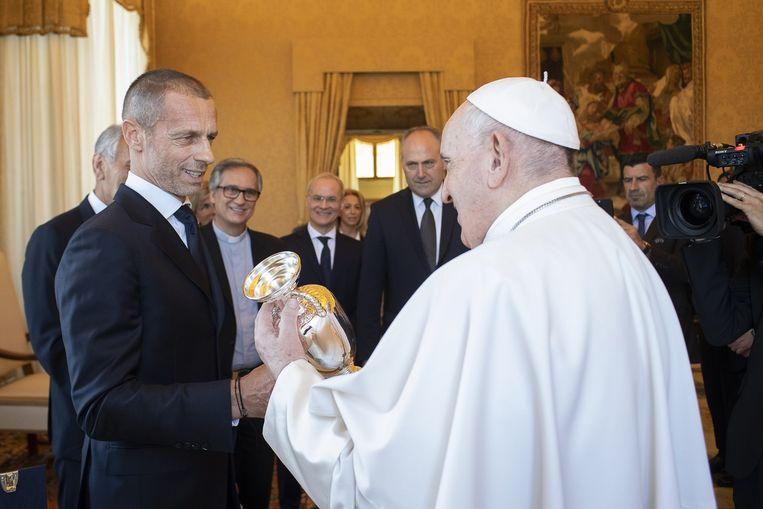 De paus ontvangt UEFA-topman Aleksander Ceferin in het Vaticaan.  Beeld Photo News