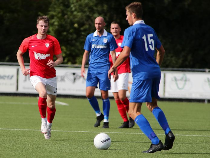 Mark van der Weijden (links) ging in de slotfase van de wedstrijd plotseling naar de grond, maar de ernst viel mee.