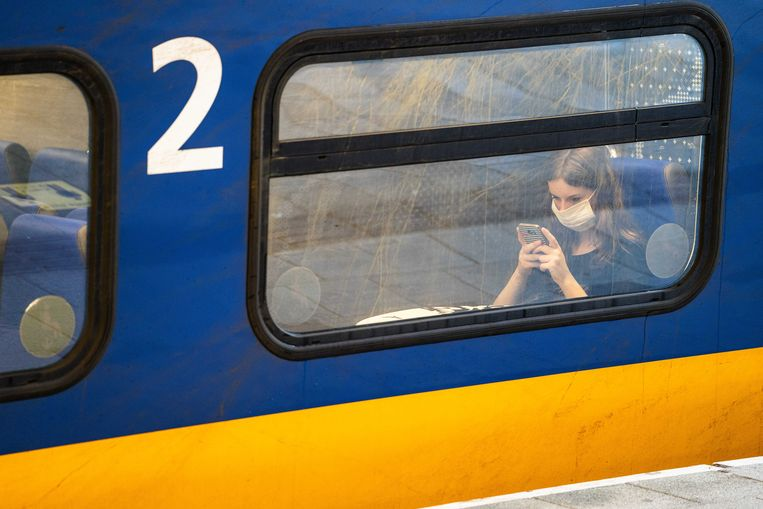 In het openbaar vervoer blijft het mondkapje verplicht, maar vanaf 25 september hoeft het op het perron niet meer op. Beeld ANP