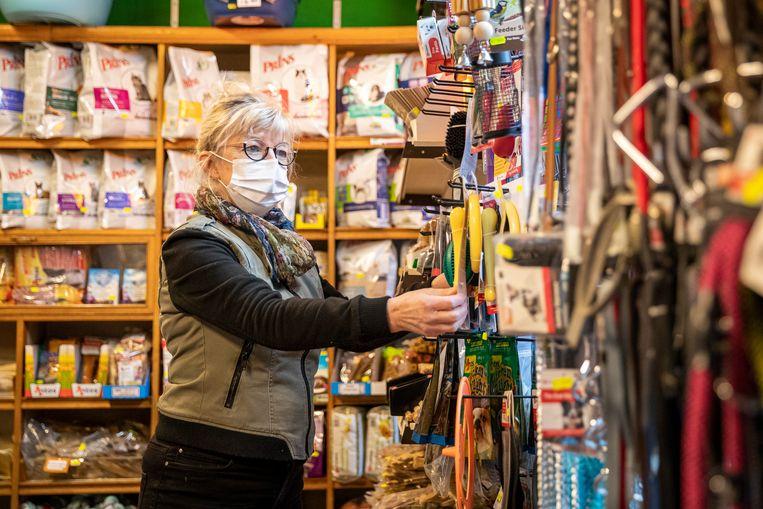 Yvonne Janssen in haar dierenwinkel. Beeld