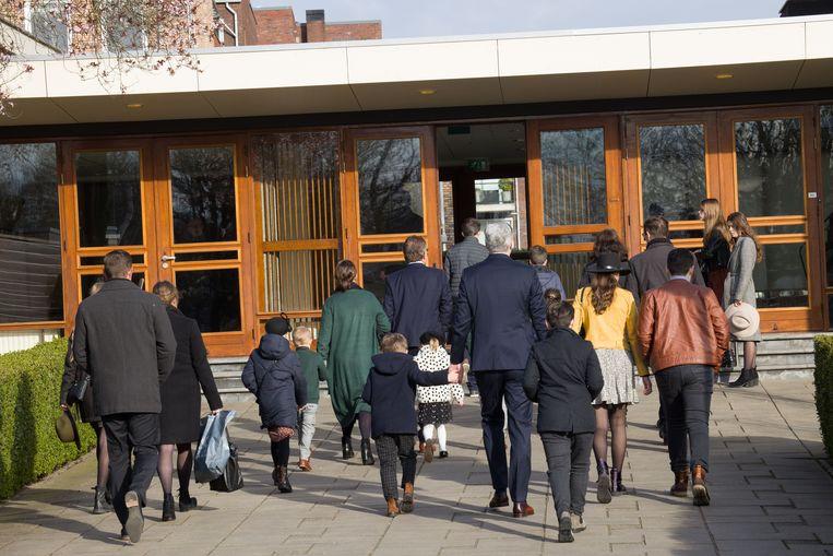 Kerkgangers bij de Mieraskerk in Krimpen aan den IJssel. Beeld Arie Kievit