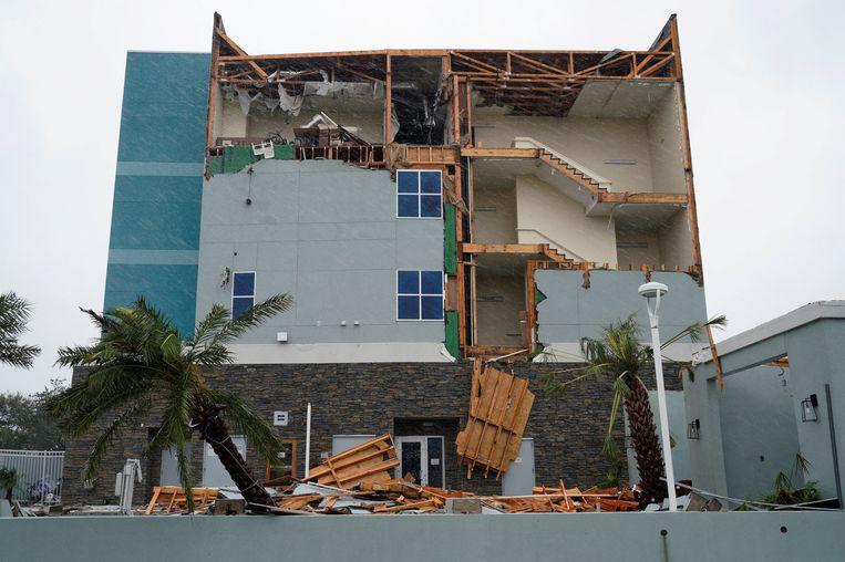 Een hotel in de Texaanse plaats Rockport is zwaar beschadigd na de doortocht van Hurricane. Beeld reuters