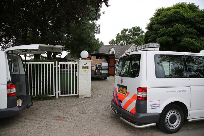 Verwaarloosde honden worden in beslag genomen aan het Breeveld in Woerden.