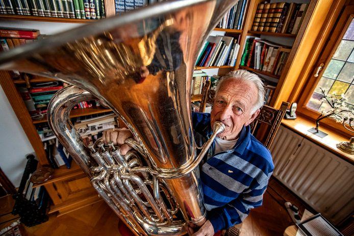 Gerhard Voordes (78) is 70 jaar lid van de Holtense Muziekvereniging en speelt nog steeds met veel liefde zijn Tuba.