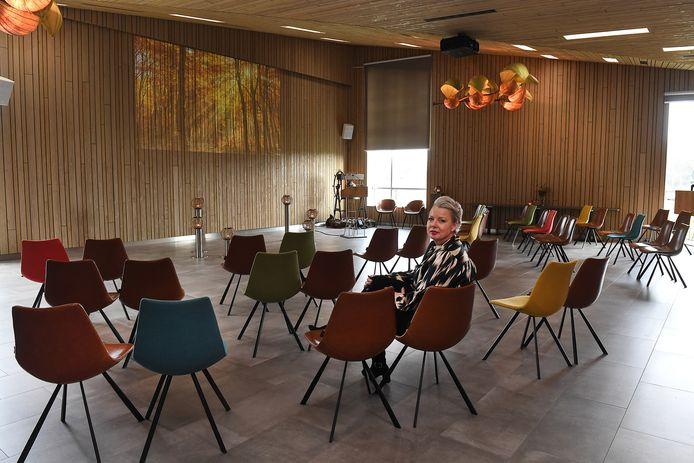 De aula van het kleinschalig crematorium Zevenhutten in Cuijk. De opstelling van de stoelen kan per uitvaart worden aangepast, vertelt directeur Bianca Schrijen.