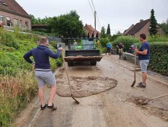 Gemeentepersoneel van Zwalm ruimt nog hele dag puin en modder na watersnood van zondag