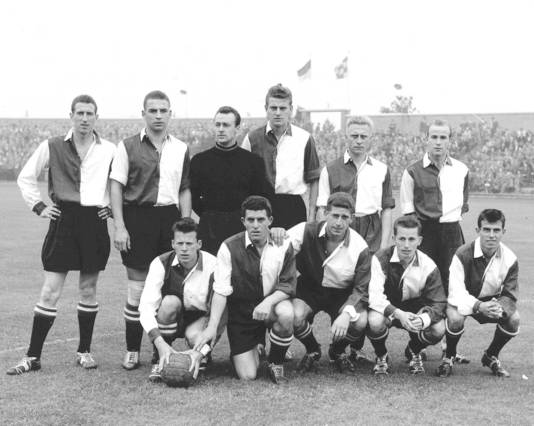 02 september 1956: Feyenoord voorafgaand aan de wedstrijd tegen Willem II. Staand, vlnr: Piet Steenbergen, Gerard Kerkum, Henk van der Bijl, Hans van der Hoek, Tinus Osterholt en Rinie van Woerden. Gehurkt: Daan den Bleijker, Aad Bak, Cor van der Gijp, Henk Schouten en Coen Moulijn.