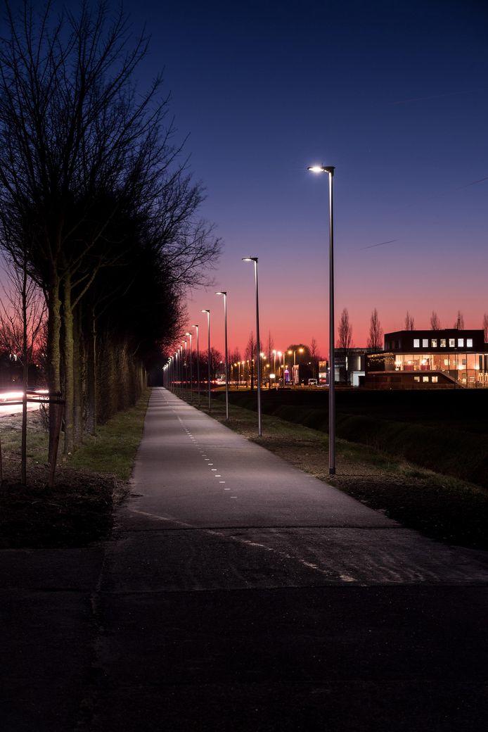 Voorbeeld van dynamische led-verlichting in Oud-Beijerland (Zuid-Holland) die op volle sterkte gaat branden zodra er een fietser over het fietspad rijdt.