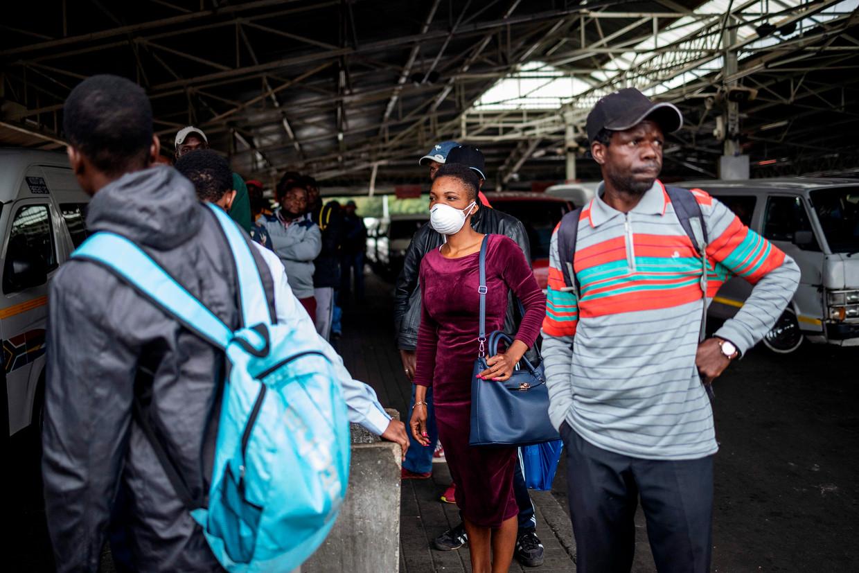 Een vrouw in Johannesburg draagt een masker als preventieve maatregel. Beeld AFP
