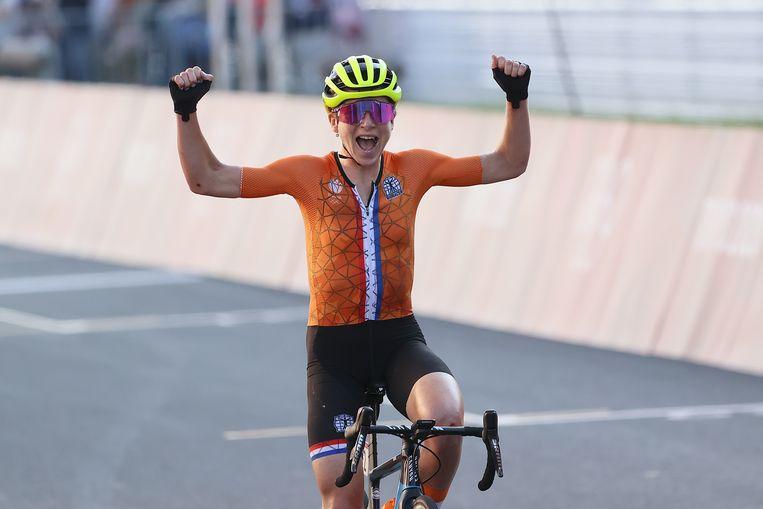 Annemiek van Vleuten kwam juichend over de finish, denkend dat ze eerste was geworden. Beeld Pro Shots / George Deswijzen