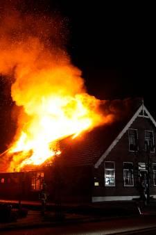 Grote brand in boerderij Polsbroek, dak stort volledig in