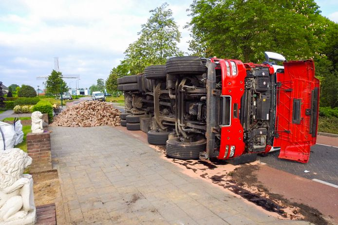 Vrachtwagen op z'n kant in Bergeijk.