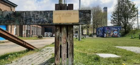 Handige Tilburger hangt alvast afvalbordjes in de Spoorzone op, hoopt op prullenbakken van de gemeente
