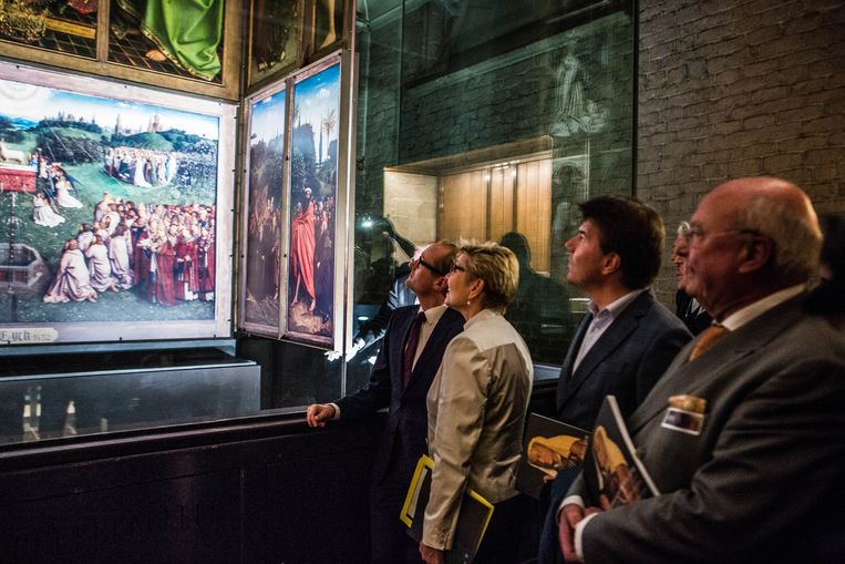 Minister Sven Gatz (tweede van rechts) bij de voorstelling van 'Het Lam Gods'. Beeld Thomas Legrève