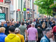 'Ga naar huis!' Het is te druk in centrum van Apeldoorn, burgemeester Ton Heerts doet oproep
