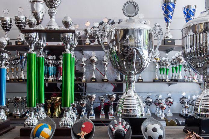 Bekers en trofeeën in alle maten staan klaar voor het moment dat er weer winnaars en kampioenen zijn in de sport, of allerhande andere evenementen als konijnenshows en vogelexpo's.