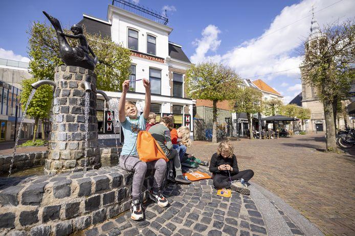 De Highttech door Almelo zorgt voor veel vermaak bij kinderen, zoals hier bij de fontein bij Talamini.