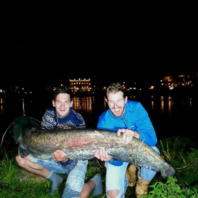 Pieter en Marien vingen een meerval van 1,5 meter lang.