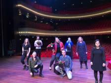 Laura helpt politici en jongeren in Overijssel en krijgt titel 'MensenrechtenMens'