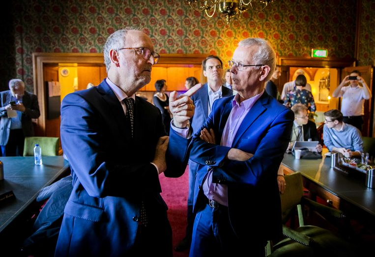 Paul Cliteur (links) in gesprek met Tiny Kox (SP). Beeld ANP