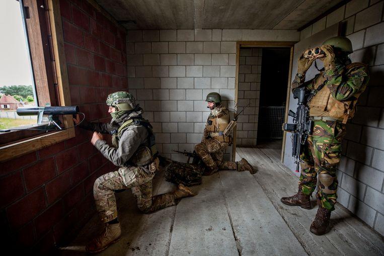Militairen oefenen met een zelf ontwikkeld apparaat om wifi, telefoon en allerlei andere digitale signalen te onderscheppen. Beeld Raymond Rutting / de Volkskrant