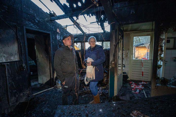 Ingrid en haar man Robin Herman, een dag na de verwoestende brand in 2020.