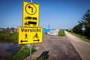 Duitse verkeersborden bij de entree van het zonnepark illustreren de buitenlandse bemoeienis.