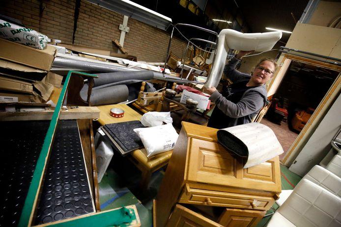 Bedrijfsleider Saskia van Diemen tussen de stapels spullen in de Gorcumse kringloopwinkel. Er wordt steeds meer naar hun locatie gebracht.