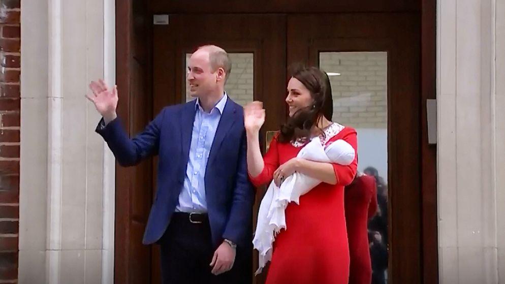 """Kate en William tonen pasgeboren prins aan de wereld: """"Bedankt voor goede zorgen en warme wensen"""""""