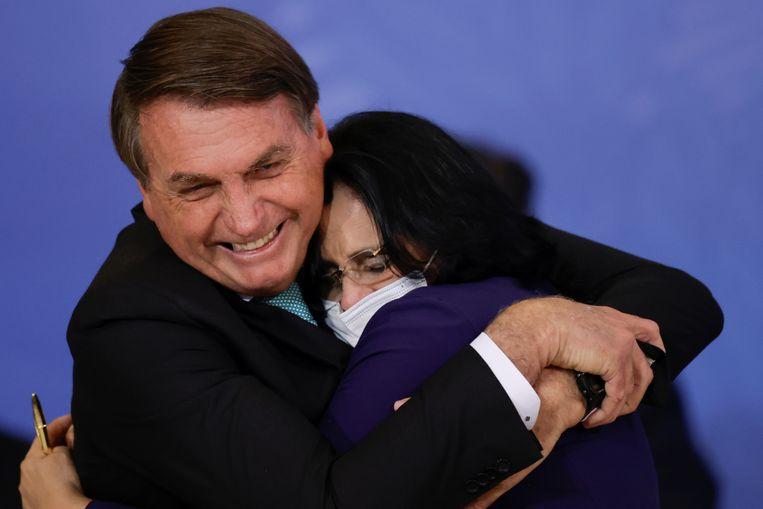 President Bolsonaro omhelst Damares Alves, de Braziliaanse minister voor Vrouwen- en Familiezaken en Mensenrechten.  Beeld Reuters