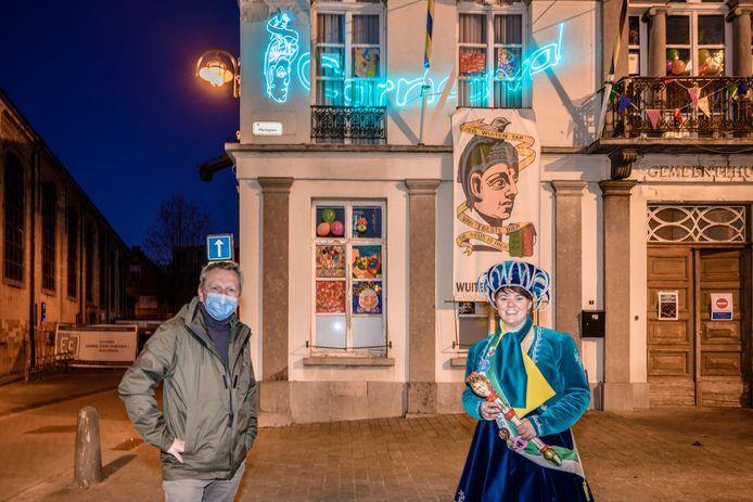 Schepen Tom Vermeir en Prinses Ananas voor het gemeentehuis van Hamme.