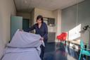 Regiomanager Monique Netten van het Leger des Heils maakt de kamers gereed voor de eerste bewoners.