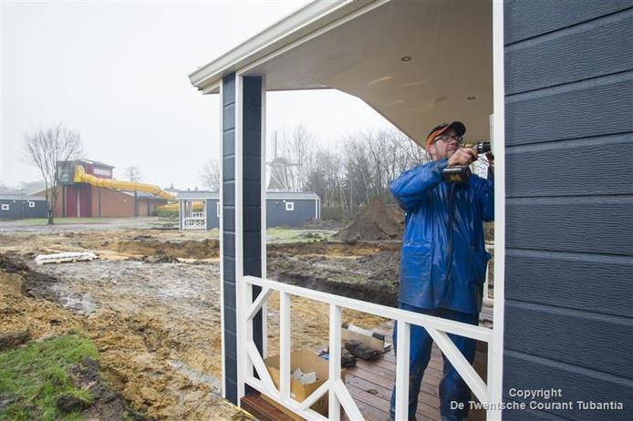 De werkzaamheden op De Molenhof in Reutum zijn volop aan de gang. Zo wordt gewerkt aan de bouw van de nieuwe onderkomens.