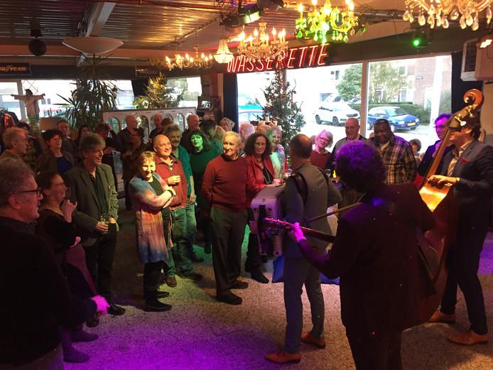 Muziek op de nieuwjaarsreceptie in de autoshowroom van Probaat