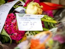 Bloemen voor Christina bij Noordeinde, dagjesmensen voor dichte deur