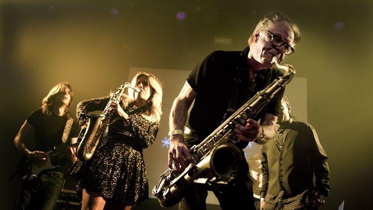 Saxofonist Hans Dulfer speelt samen met zijn dochter Candy (2eL) in de Melkweg. Beeld anp