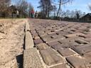 De betonnen trottoirbanden zijn op sommige delen al verzakt, ook de ruimte tussen de klinkers is op stukken van de Zelderseweg veel te groot, zo oordelen de bewoners