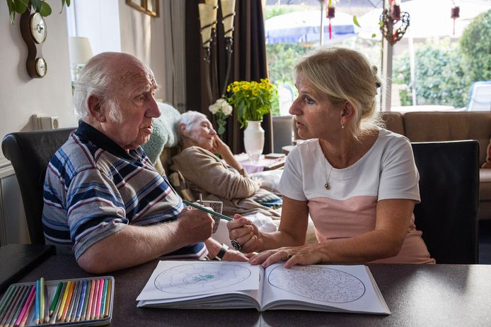 In de woonkamer kleurt Jantine Valkenburg met haar vader en drinken ze koffie.