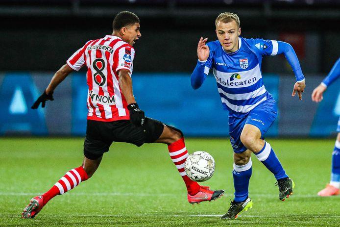 PEC-middenvelder Thomas van den Belt (rechts) krijgt onder trainer Bert Konterman steeds meer speeltijd. Zo viel de Kampenaar onder meer in tegen Sparta Rotterdam (3-2).