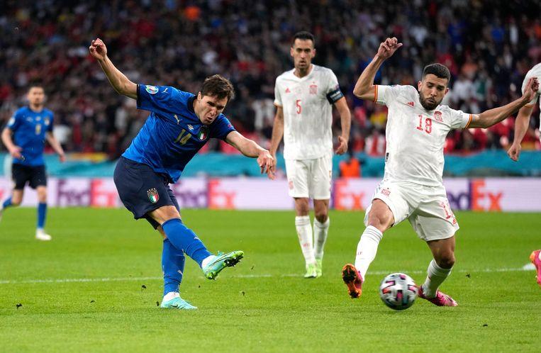 Federico Chiesa trapt nar het Spaanse doel, Jordi Alba probeert de bal af te blokken. Beeld Pool via REUTERS