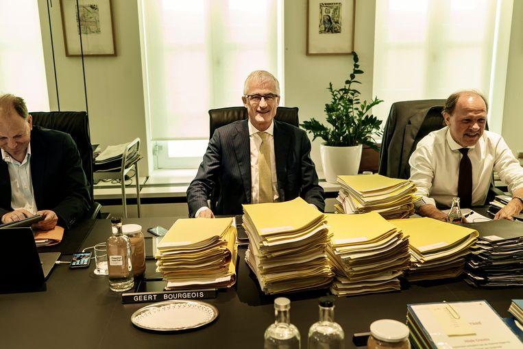 Minister-president Geert Bourgeois (N-VA) (m.) en Vlaams minister van Werk Philippe Muyters (N-VA) (r.). Beeld Eric de Mildt